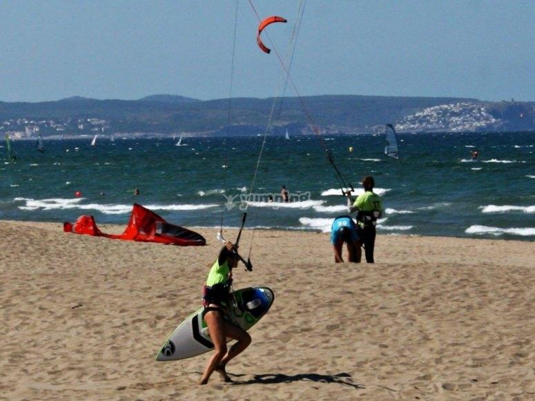 首先,您必须在沙子里开车放风筝