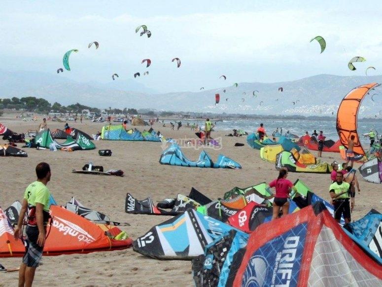 滩有权在水中滑行风筝冲浪