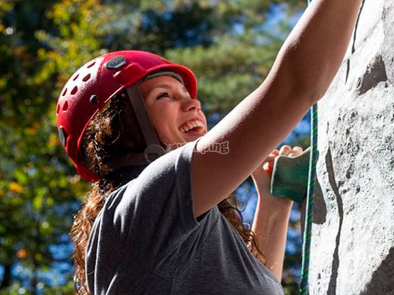 Escalando en el rocodromo al aire libre