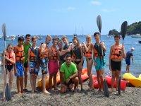 Grupo en la orilla junto a los kayaks