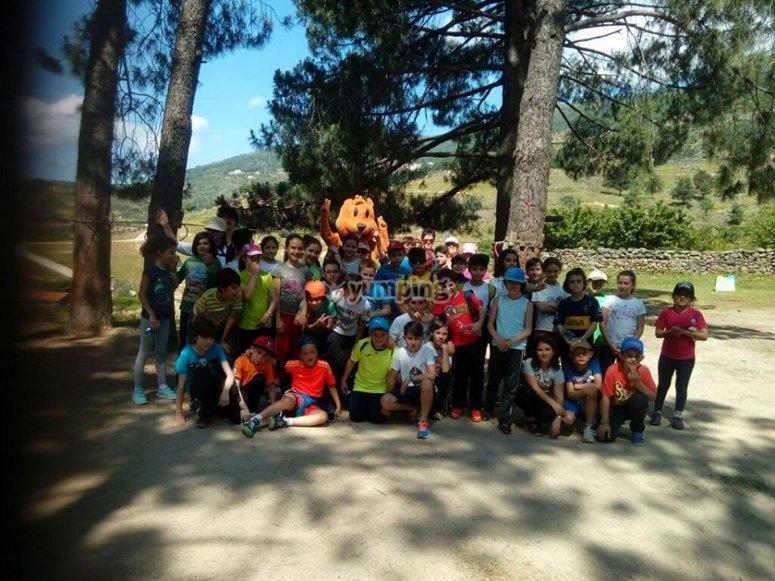 Grupo de alumnos del colegio en el campo