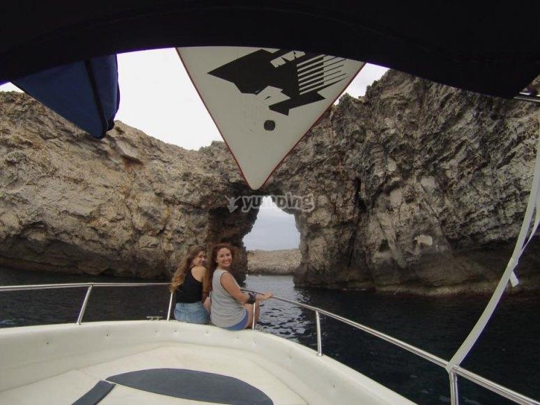 女孩们在船头欣赏风景