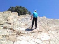 Rapelando por la pared de roca