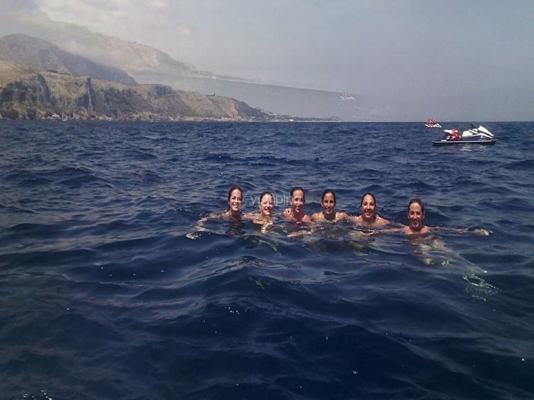 Amigas en las aguas del Mediterraneo