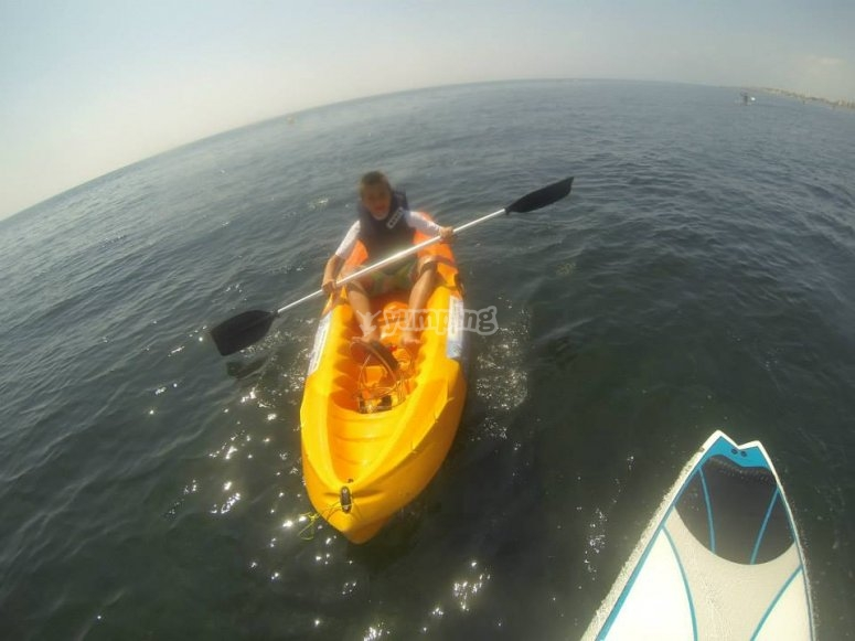 Niño en kayak