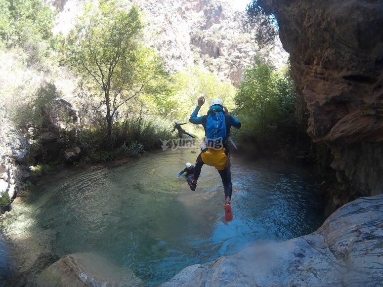 Saltando al agua turquesa del rio