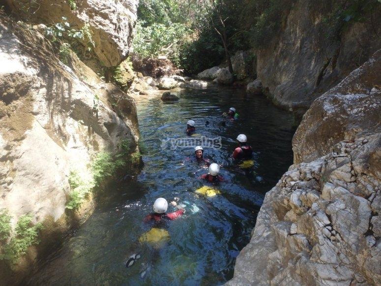 Grupo nadando en el rio
