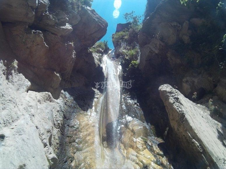 Bajando con cuerda por la cascada
