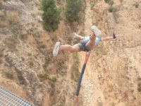 Abriendo los brazos durante el salto en Villena