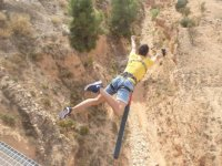 Salto desde el puente al vacio