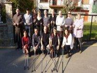 grupo de amigos con unos bastones para practicar senderismo
