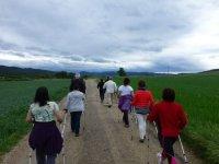 grupo de personas caminando con dos bastones