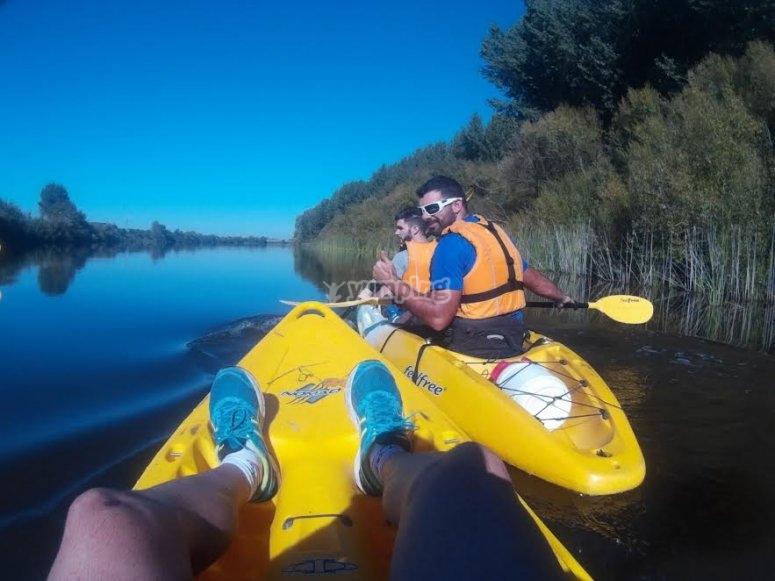 À bord du kayak à vidange automatique