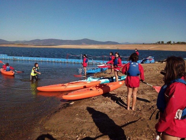 Avec kayaks et gilets insubmersibles