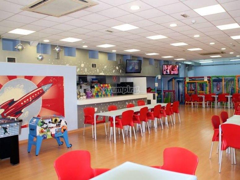 Mesas en la cafeteria para los padres