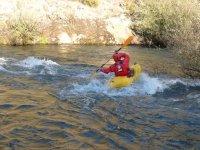 Atravesando el rápido en el kayak