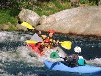 Kayaks en el rápido del Tormes