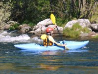 Con el kayak en un tramo de aguas tranquilas