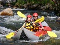 Remando en el kayak hinchable