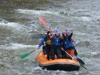 En pie a bordo del raft
