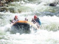Remando en el rápido con el raft