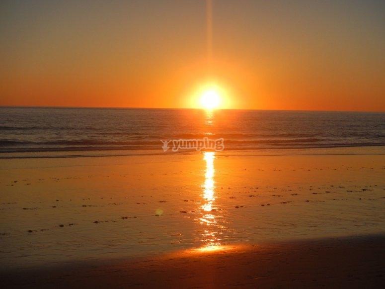 日落在加的斯采取了大波