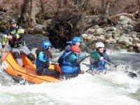 A bordo del raft en el rápido
