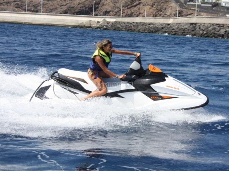 Pilotando la moto en el Atlantico