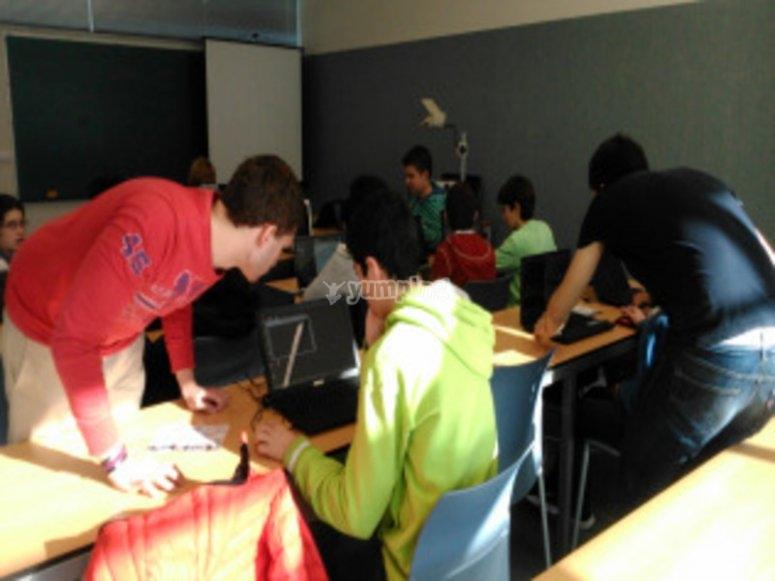 En las clases de tecnologia con ordenador
