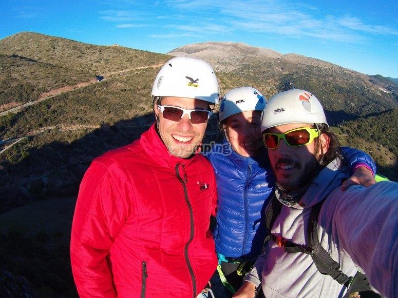 Foto de amigos con vistas de la sierra