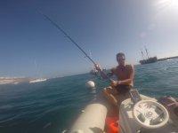 Chico pescando en Anfi del Mar