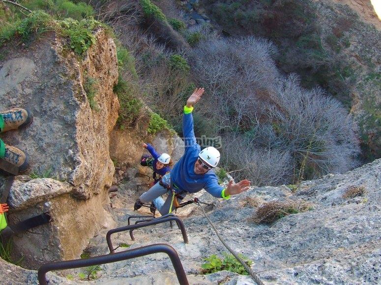 Coppia che si arrampica sulla parete verticale