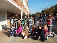 Gruppi di bambini in posa con il segway