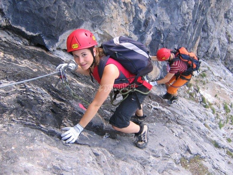 Salendo attraverso le rocce