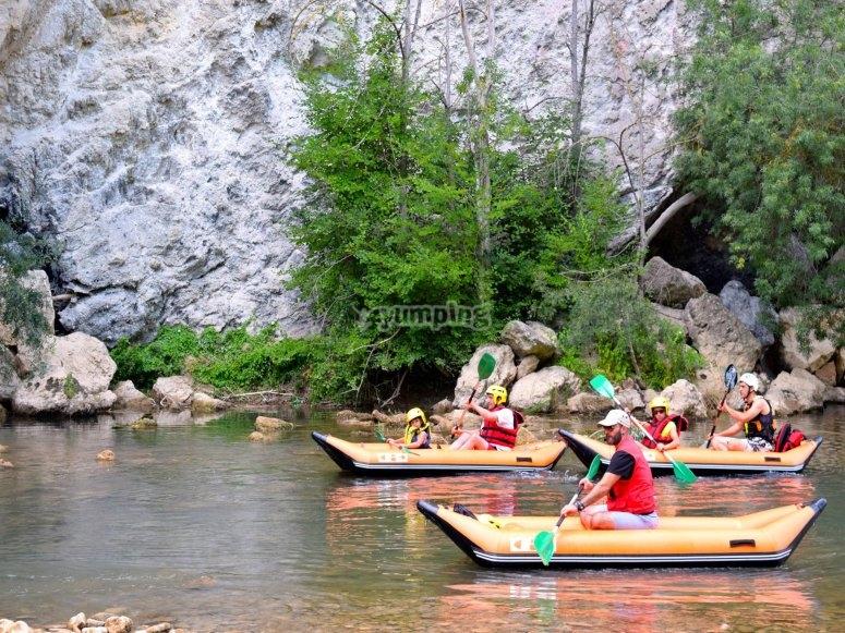 Guia en kayak con el grupo