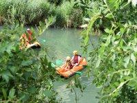 Navegando en kayak por el rio Ega