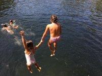 Chicas saltando al agua