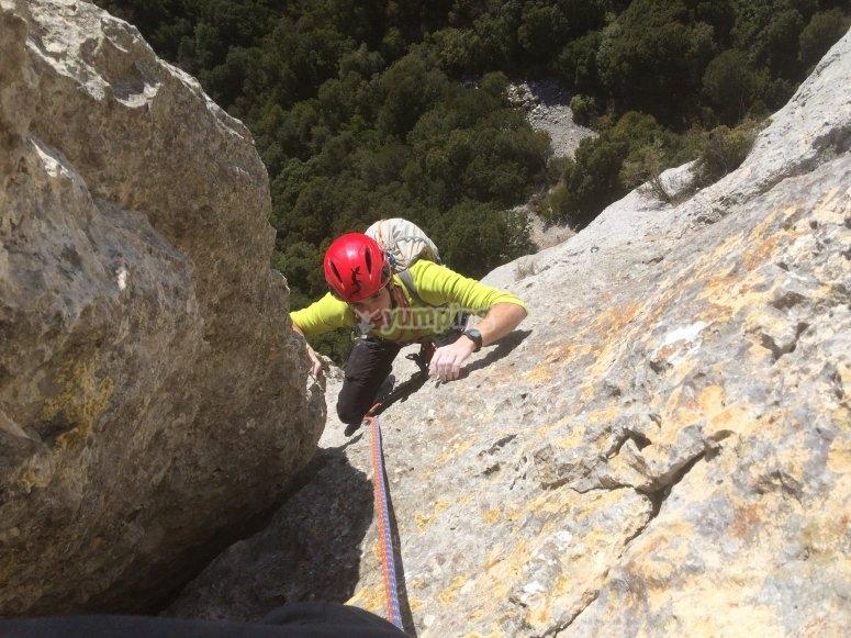 Subiendo por las rocas en Navarra