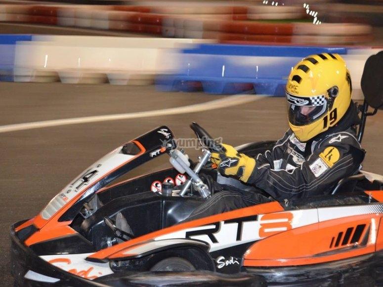 Pilotando kart por el circuito outdoor