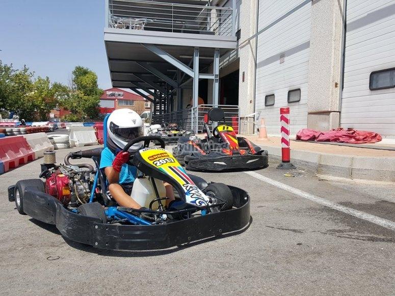 En el kart con casco de seguridad