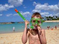 男孩在海滩上