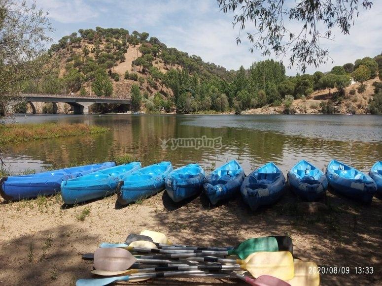 Kayaks listos para nuestra aventura