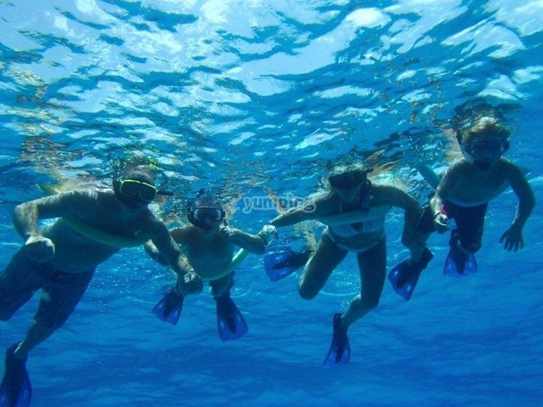 Practicar snorkel en Tabarca