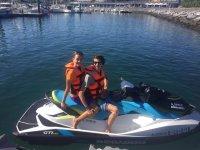 在法国海岸乘坐水上摩托车游览