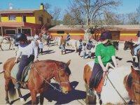 Sobre los caballos durante la clase