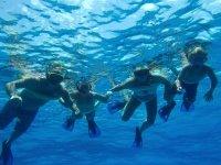 泰拜爾蓋島保护区的儿童浮潜