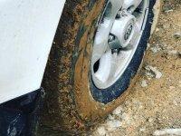 Ruedas llenas de barro del Jeep