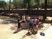 Clase de escalada en el campamento