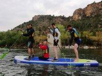 Manteniendo el equilibrio sobre la tabla de paddle surf gigante