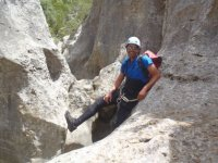 铁索攀岩登顶冲沟铁索攀岩爬楼梯在比利牛斯山脉的方便和乐趣费拉塔草地